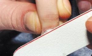 Положение пилки при опиливании акрила около кутикулы
