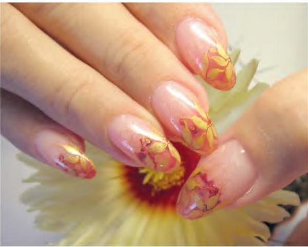 Осенний дизайн ногтей вальс золотых