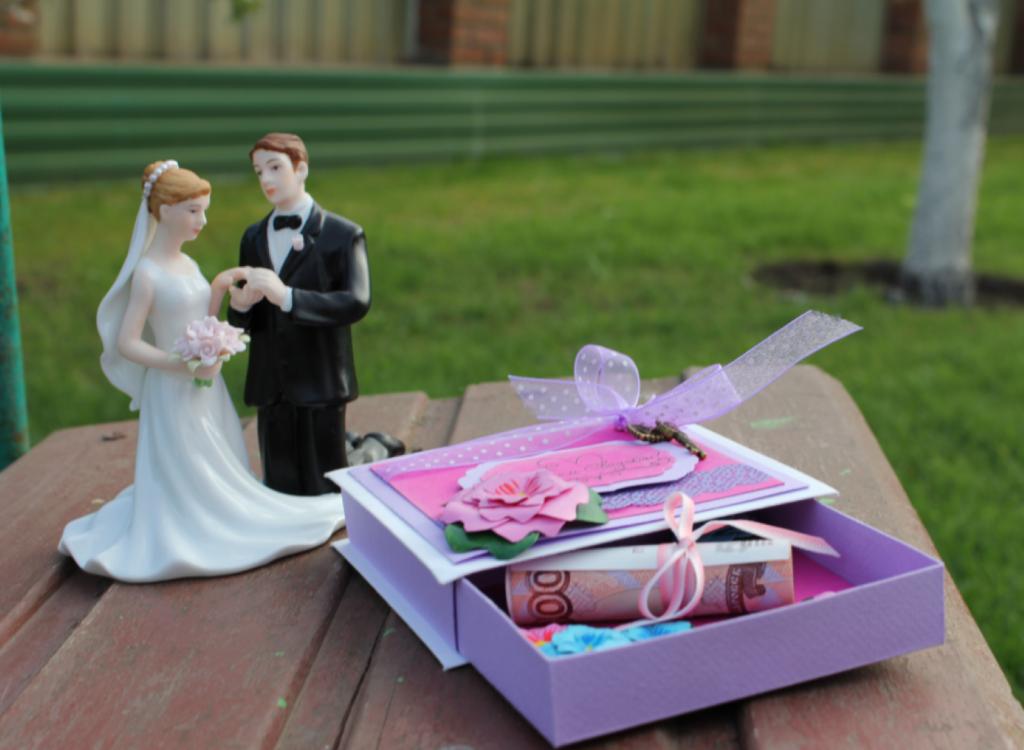 Свадебные подарки молодоженам своими руками 37