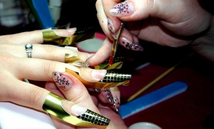 Наращивание ногтей вредит вашему здоровью.2